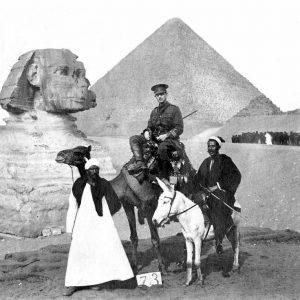 Dr Cluny MacPherson en Égypte en 1915 [Public domain], via Wikimedia Commons