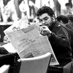 Che Guevara lit le quotidien argentin La Nacìon (1961)