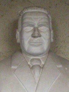 Buste de Jean Hyppolite au Cloître des Carmes, à Jonzac (France).