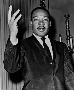 Martin Luther King Jr en 1964 (domaine public)