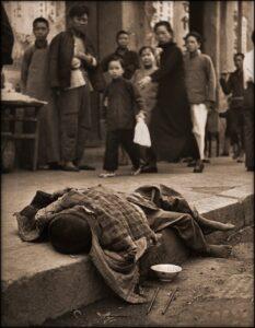 Un enfant mort dans le caniveau pendant la Grande famine chinoise (1946).