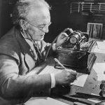 Marius Barbeau transcrivant un cylindre (BAnQ)