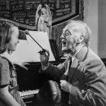 Barbeau dans son salon avec une fillette et un tambour (BAnQ)