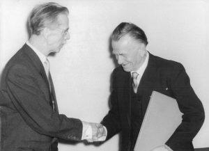 Otto Dix reçoit son certificat de membre de l'Académie allemande des Arts (1957).